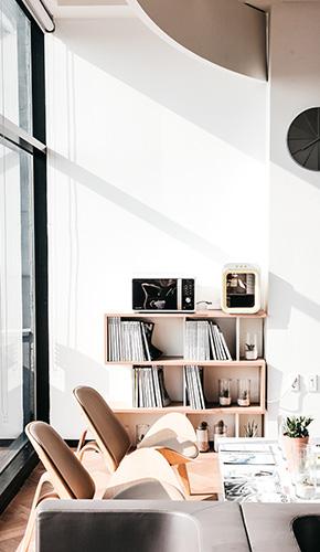 un ambiente ricco di luce e colore, un soggiorno